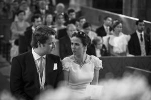 Boda Alicia y Ariel - Novios mirándose en interior de iglesia - Santiago Stankovic Fotógrafo