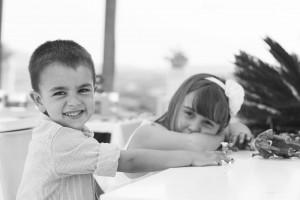 Boda Marina y Jaime - Niño y niña en la mesa - Santiago Stankovic Fotógrafo