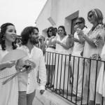 Boda Marina y Jaime - Novios caminando aplaudidos - Santiago Stankovic Fotógrafo