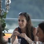 Boda de Sara & Victoria - Mujer en mesa - Santiago Stankovic Fotógrafo