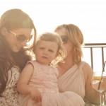 Boda de Sara & Victoria - Novia sosteniendo niña - Santiago Stankovic Fotógrafo
