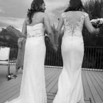 Boda de Sara & Victoria - Novias caminando con ramo - Santiago Stankovic Fotógrafo