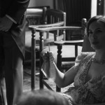 Boda Alicia y Ariel - Mujer sentada en el sofá - Santiago Stankovic Fotógrafo