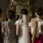 Boda Alicia y Ariel - Novia y mujeres mirando el espejo - Santiago Stankovic Fotógrafo
