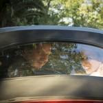 Boda Alicia y Ariel - Novios en coche ventanilla trasera - Santiago Stankovic Fotógrafo