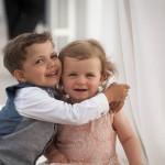 Boda de Sara & Victoria - Niños abrazándose - Santiago Stankovic Fotógrafo